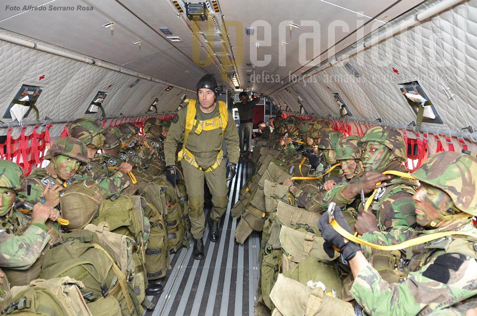 O C-295M pode transportar 44 pára-quedistas completamente equipados. O largador conta os militares e estes sabem a sua ordem de saída da aeronave, a qual é dada pela numeração feita ainda na placa de embarque após o equipar.