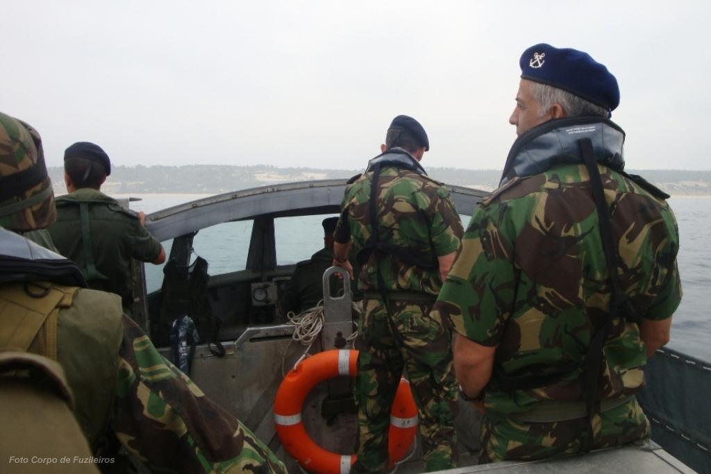 O comandante do Corpo de Fuzileiros acompanha um exercicio de desembarque abordo de um LARC.