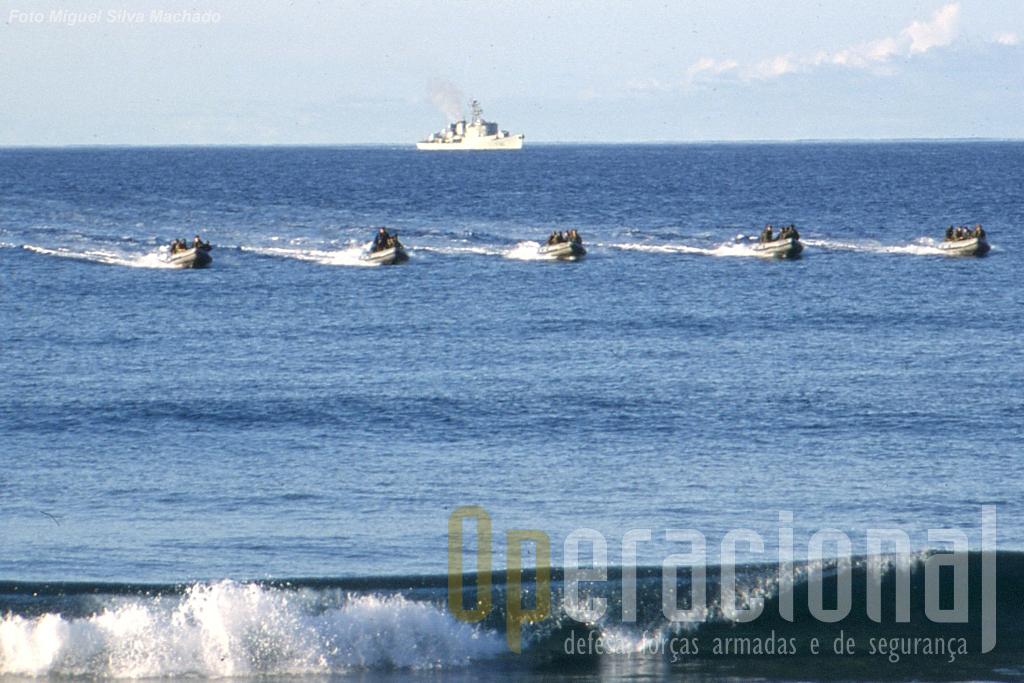 Uma vaga de botes aproxima-se da Praia Formosa na Ilha de Santa Maria/Açores no decurso de um exercicio dos três ramos das Forças Armadas. A geografia portuguesa aconselha a manutenção da componente anfibia.