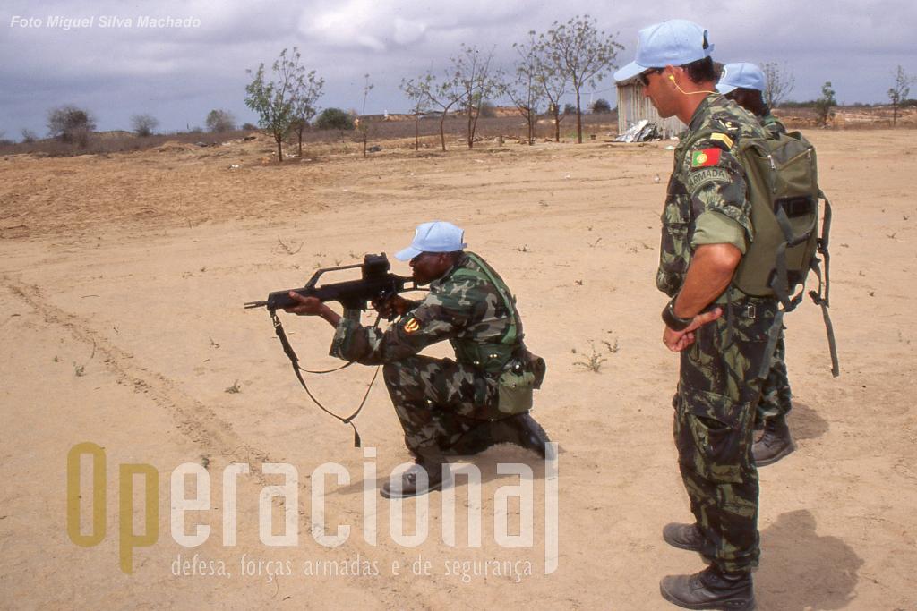 Exercicio Fekino em Angola. Elemento do DAE (de costas) no decurso de exercicio de tiro com armamento deste destacamento.