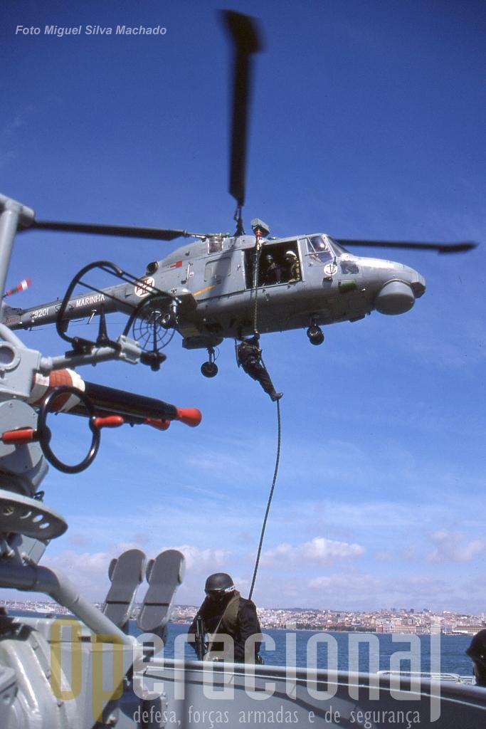 O DAE em exercicio no Tejo com a Esquadrilha de Helicópteros da Marinha. Estes meios (e outros, quer da Marinha quer da Força Aérea) têm sido empregues todos os anos em operações anti-droga com inegável sucesso.