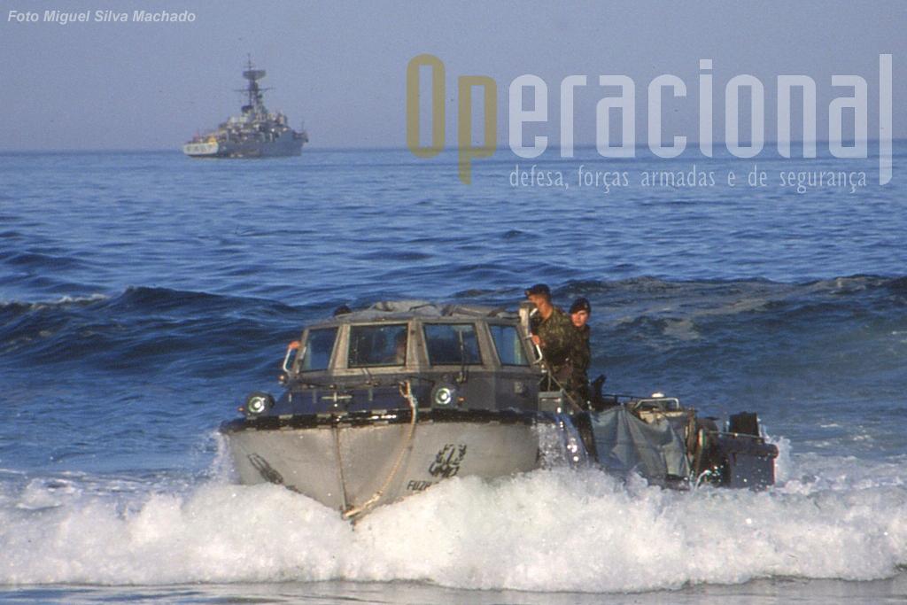 Exercicio anfibio na costa continental (Pinheiro da Cruz). Em primeiro plano uma Lancha Anfíbia de Reabastecimento e Carga (LARC) que reabastece as forças desembarcadas a partir dos navios aos largo.
