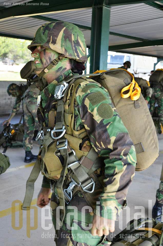 """Da da ordem de """"equipar"""" coloca-se o capacete e depois o pára-quedas dorsal e ajusta-se ao corpo do pára-quedista."""