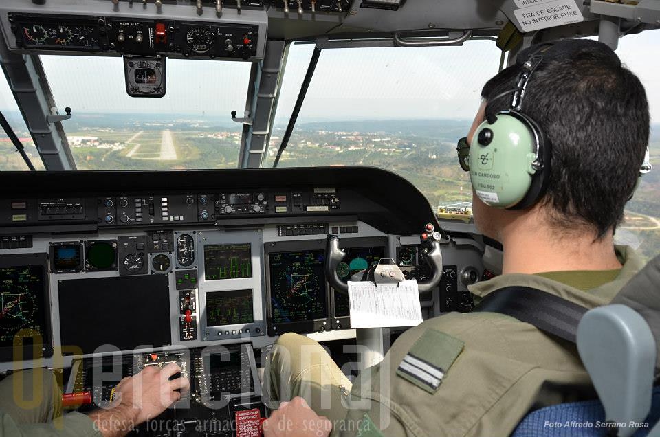 Mais uma aterragem na pista de Tancos, o C-295M irá embarcar mais pára-quedistas e repetir o lançamento sobre o Arripiado.