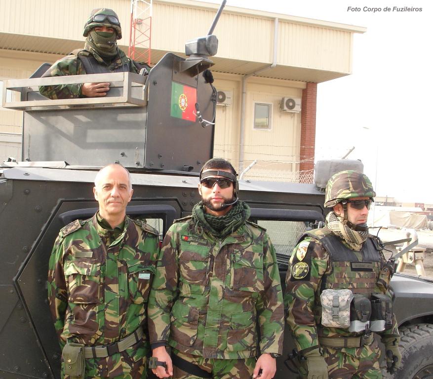 O Comandante do Corpo de Fuzileiros acompanha com atenção a acção dos seus militares no Afeganistão. Aqui com a guarnição da viatura em que ali viajou (em 2009) durante uma das vistas ao teatro de operações.