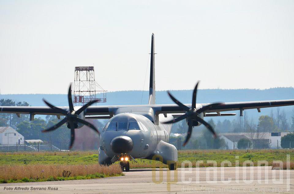 O C-295M da Esquadra 502 chega a Tancos. A Força Aérea dispõe de 12 destas aeronaves (7 de transporte táctico e 5 de patrulha marítima).