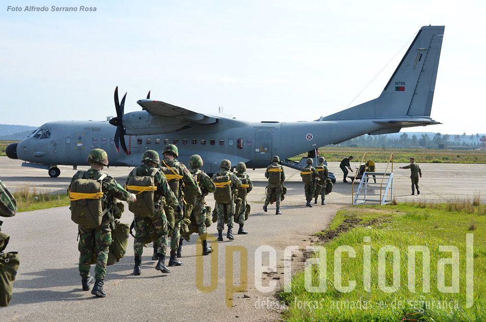 O C-295M pode transportar 44 pára-quedistas equipados para saltar