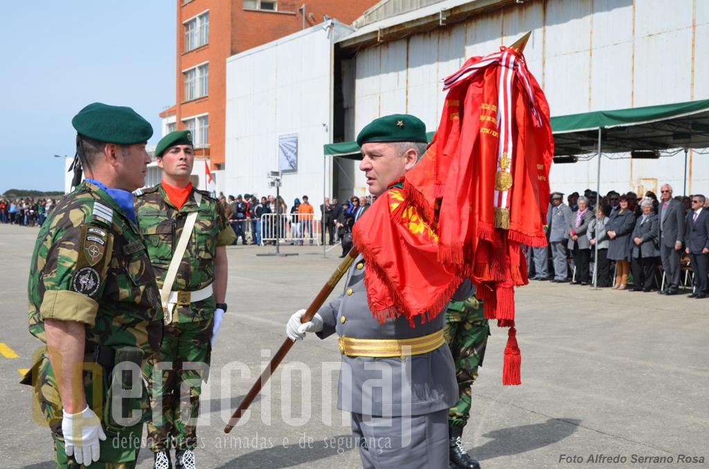 O comandante das Forças Terrestres do Exército, Tenente-General Carlos Jerónimo, procede à entrega do Estandarte Nacional do 2.º BIPara ao Tenente-Coronel Santos Cordeiro.