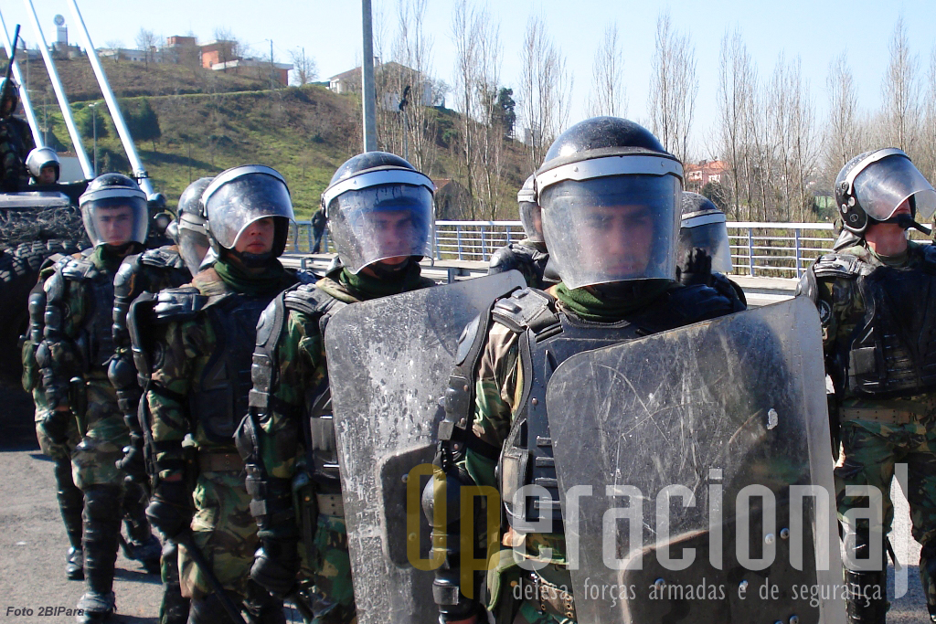 As forças portuguesas no Kosovo têm, entre outras, a capacidade re efectuar missões de controlo de tumultos.
