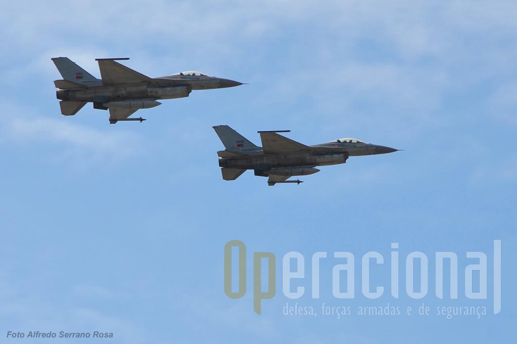 """A Força Aérea assinalou a sua ligação a S. Jacinto e aos Pára-quedistas! Um aparelha de F-16 da Base Aérea n.º 5 saudou a cerimónia com a sua passagem. Olhando bem, são os 15102 e 15113, os quais, segundo António Luís do """"Pássaro de Ferro"""", estes números de cauda, estiveram ambos envolvidos em operações ligadas ao Kosovo, o primeiro em Aviano em 1998 e o segundo na Allied Force em 1999."""