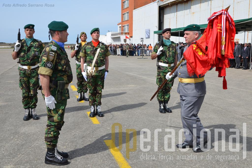 O Comandante das Forças Terrestres procede à entrega do Estandarte Nacional do comandante do 2BIPara. Este Estandarte ostenta a Medalha de Ouro de Serviços Distintos, uma das poucas unidades expedicionárias portuguesas que foi condecorada mas missões de paz.
