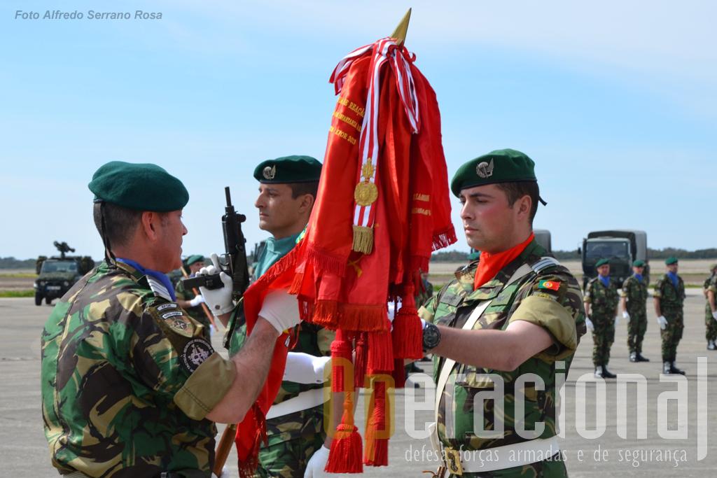 O TCor Cordeiro entre o EN ao Tenente Pára-quedista Rocha, Porta-Estandarte do Batalhão para a missão.