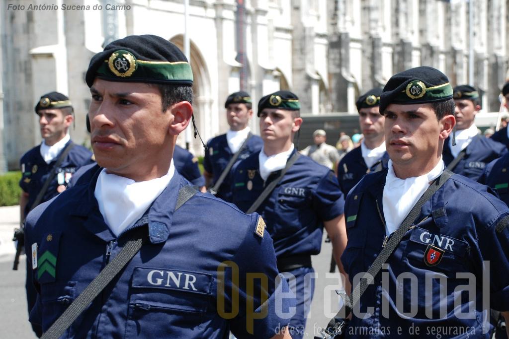 A primeira boina que a GNR usou no seu batalhão operacional e que remete para a tradição para as cores da Guarda.