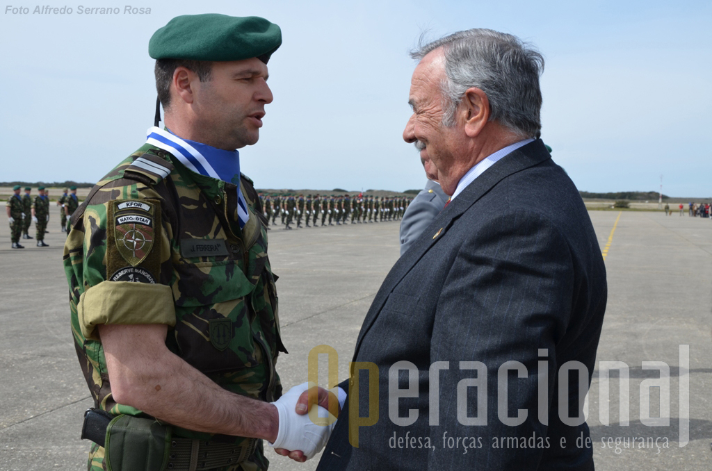 "No decurso do Dia da Unidade o antigo Chefe do Estado-Maior do Exército, general Martins Barreto, impôs as insignias da ""D. Afonso Henriques"" ao Major Pára-quedista Ferreira."