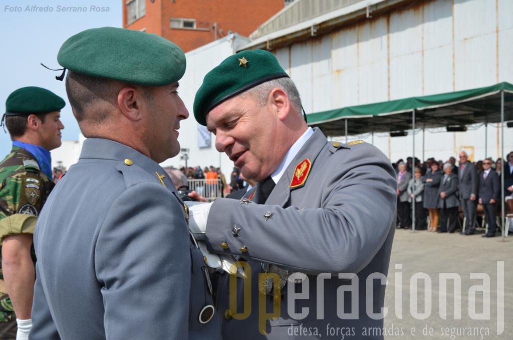 O Tenente-General Carlos Jerónimo impõe uma condecoração ao Sargento-Ajudante Pára-quedista Luís Neves.