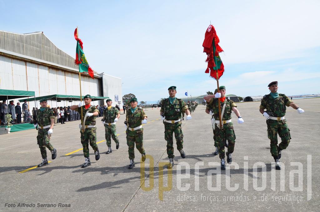 O desfile que encerrou a cerimónia militar foi emcabeçado pelos Estandartes Nacionais e respectivas escoltas, do Regimento de Infantaria N.º 10 e do 2.º Batalhão de Infantaria Pára-quedista.