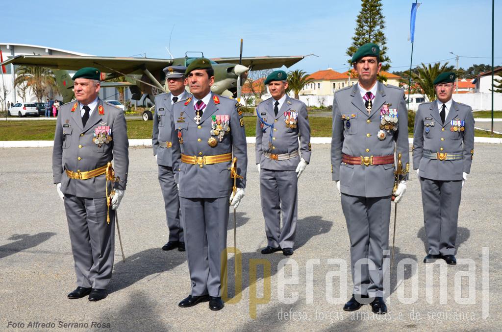 Os comandantes das Forças Terrestres, da Brigada de Reacção Rápida e do Regimento de Infantaria n.º 10 (na frente, da esquerda) e os respectivos Adjuntos do Comando (segundo plano), no momento em que o Chefe do Estado-Maior do Exército entrava na unidade.
