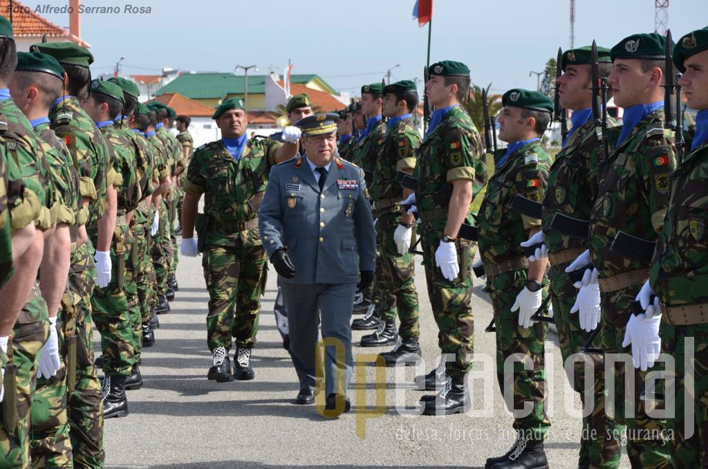 O General Pina Monteiro, chefe do Estado-Maior do Exército passa revista à Guarda de Honra após a chegada ao Regimento de Infantaria n.º 10...