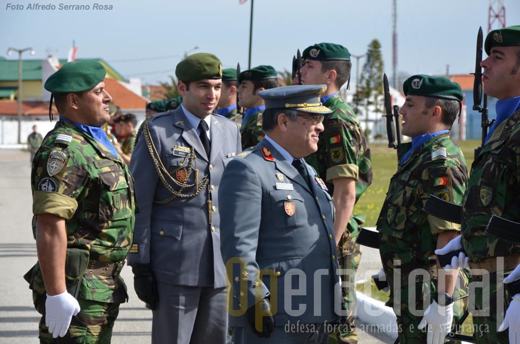 Facto curioso por ser pouco habitual entre nós (leia-se, em Portugal), o CEME deteve-se mais do que uma vez para trocar umas palavras com militares na GH.