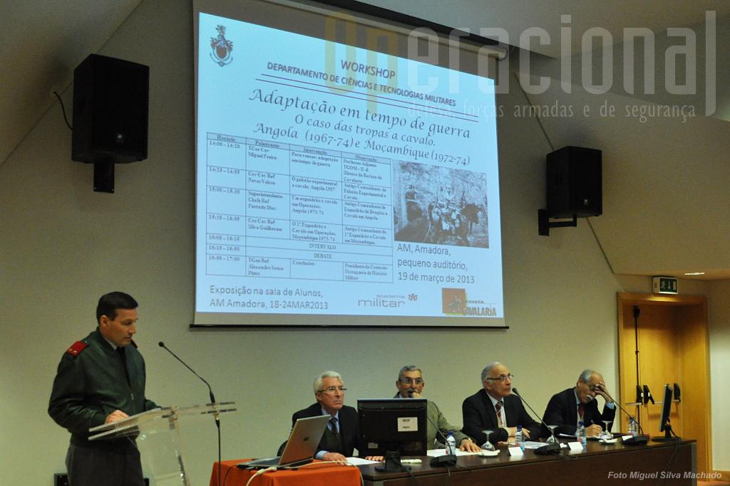 O Comandante da Academia Militar abriu a sessão. Na mesa, da esquerda, Coronel Guilherme, Coronel Veloso, Tenente-General Sousa Pinto, Superintendente