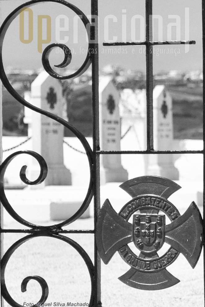 """A Liga dos Combatentes da Grande Guerra, fundada por antigos combatentes neste conflito, criou em muitos cemitérios do país os """"Talhões"""" onde os seus associados podiam (e podem) ser sepultados. Foi esta também a opção de António Carvalho."""