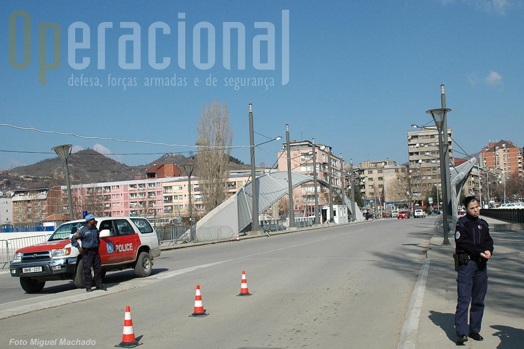 A ponte de Mitrovica que tem sido palco ao longo dos anos de várias situações que obrigam à intervenção das forças internacionais.