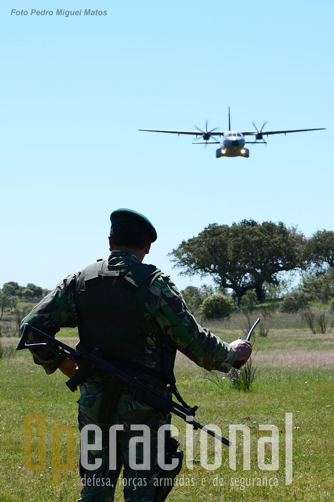 A coordenação com os meios aéreos é uma das competências que têm que ser mantida e desenvolvida quer em termos técnicos quer humanos. O lançamento de cargas por exemplo, tem ganho uma relevância acrescida nos últimos tempos quer no Afeganistão quer no Mali.
