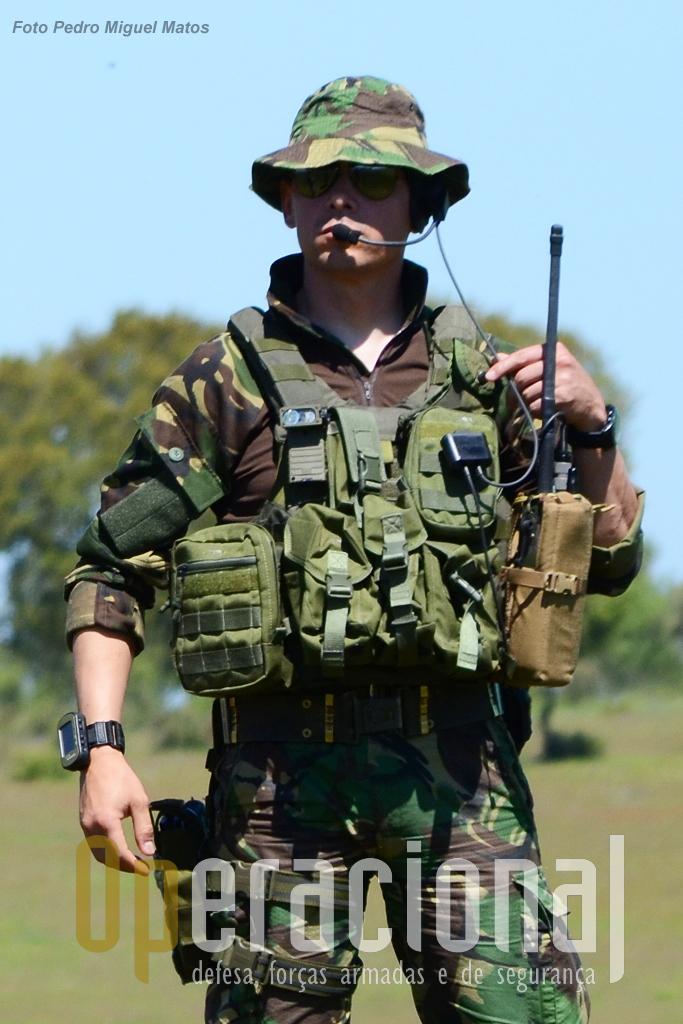 """Controlador aéreo táctico da Força Aérea, """"peça-chave"""" em muitas missões de apoio aéreo, pelas competências adquiridas e pelos equipamentos usados."""