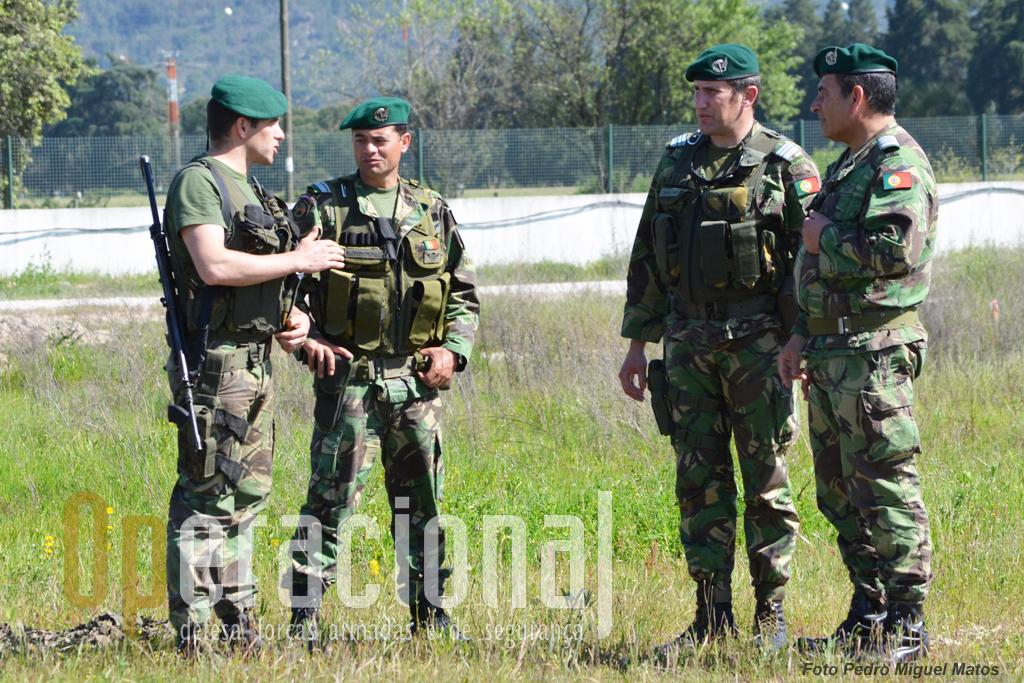 Da direita, o comandante do RI 15, Coronel Guerreiro da Silva, o Tenente-Coronel José Neves, comandante do 1.ºBIPara e o Major Fernandes trocam impressões com um dos quadros envolvidos na operação.