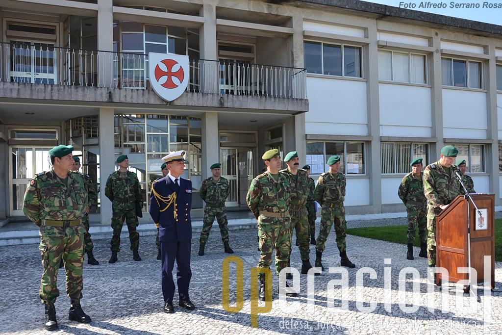 """A cooperação com o 3.º RPIMa está a chegar ao fim no Regimento de Infantaria n.º 15. Os páras franceses que saltaram em Portugal receberam o """"brevet"""" militar honorifico nacional. Apesar do reduzido efectivo o Adido Militar francês em Lisboa, deslocou-se a Tomar para assistir à cerimónia."""