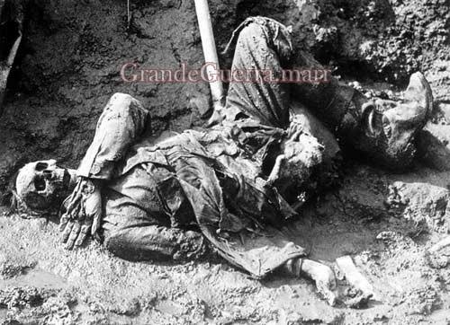 Soldado alemão numa trincheira. A macabra herança da Guerra (Foto colecção particular).