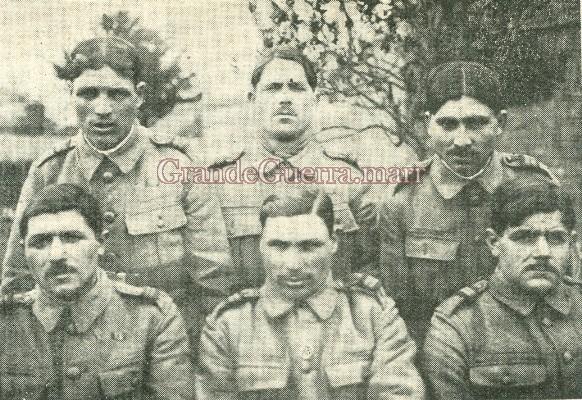 Grupo de praças que tomaram parte no «raid» Primeiro plano, à esquerda o 1.º Cabo Garrido, ordenança do tenente Gonzaga. Todos estes militares foram citados e condecorados pelos ingleses