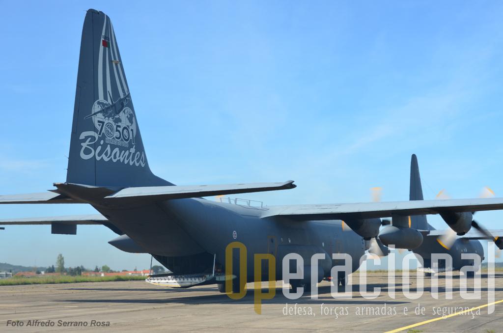 """Dois C-130 da Esquadra 501, um deles o """"16806"""", que ostenta a pintura comemorativa das 70.501 horas de vôo, efectuaram o lançamento da força."""