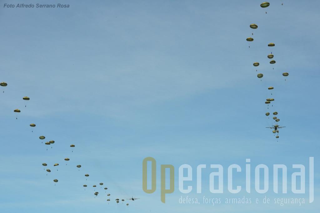 """A Zona de Saltos da Silveira tem espaço para estes lançamentos """"em massa"""" com várias aeronaves em simultâneo, evitando passagens sucessivas."""