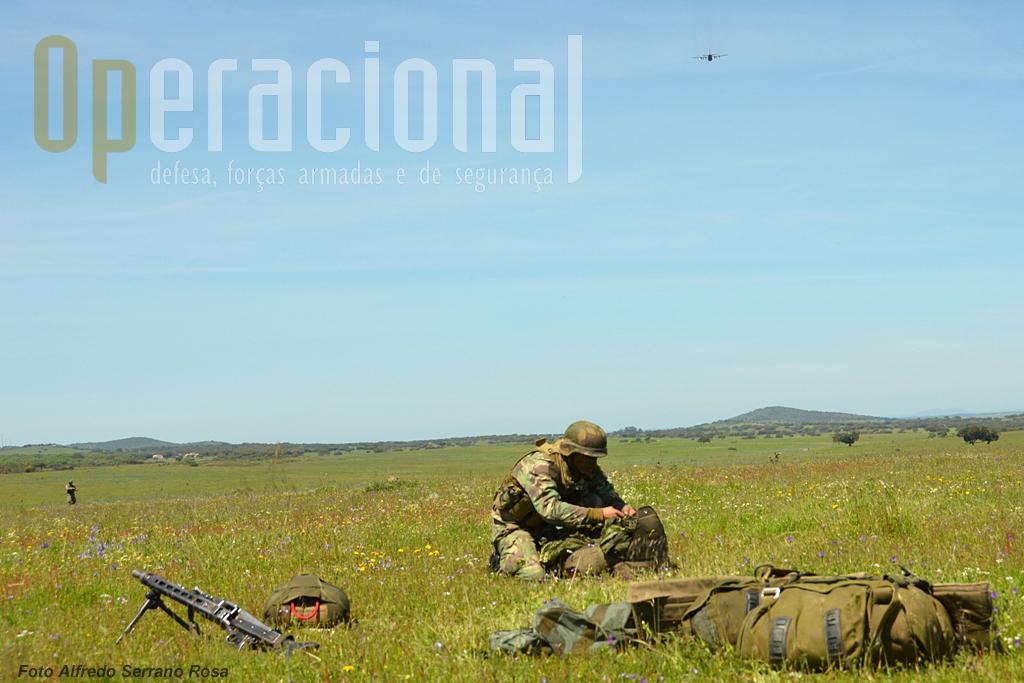 Após a aterragem, o militar efectua a dobragem sumária do seu pára-quedas...