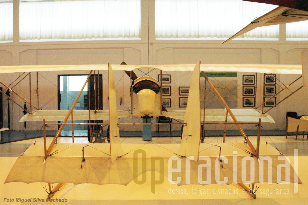 ...destinava-se a observação e treino, tinha um motor de 80HP, pesava vazio 480 Kg, atingia 108 km/h e tinha autonomia para 4 horas de voo.