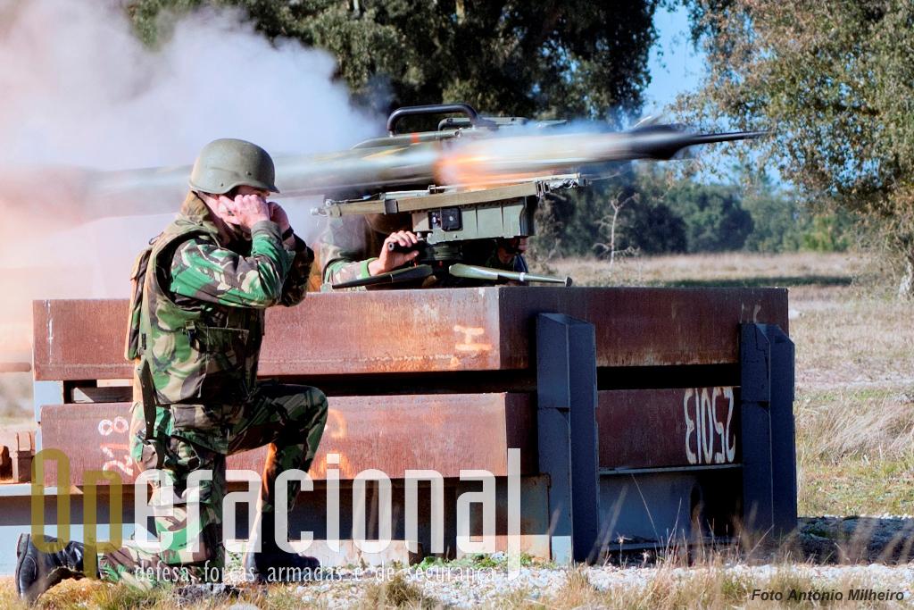 """Fogo! O míssil """"Milan"""" deixa o contentor do sistema e pode atingir um alvo a 2.000m de distância."""