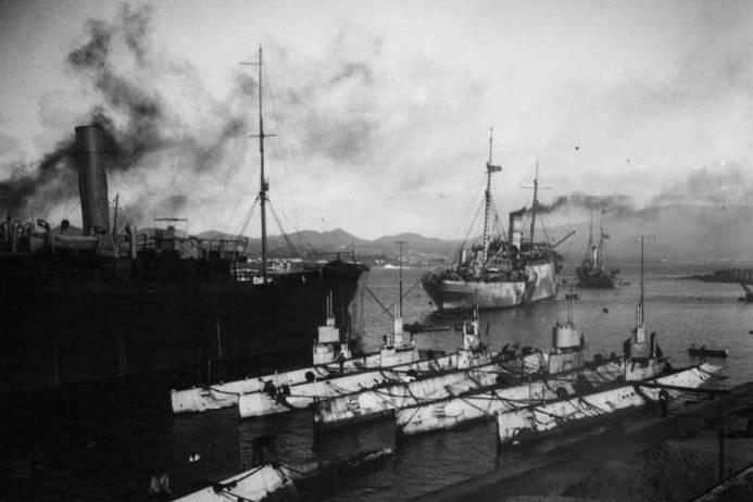 Submarinos da US Navy em Ponta Delgada a 14FEV1918 (Foto Arquivo Fotográfico Afonso Chaves)
