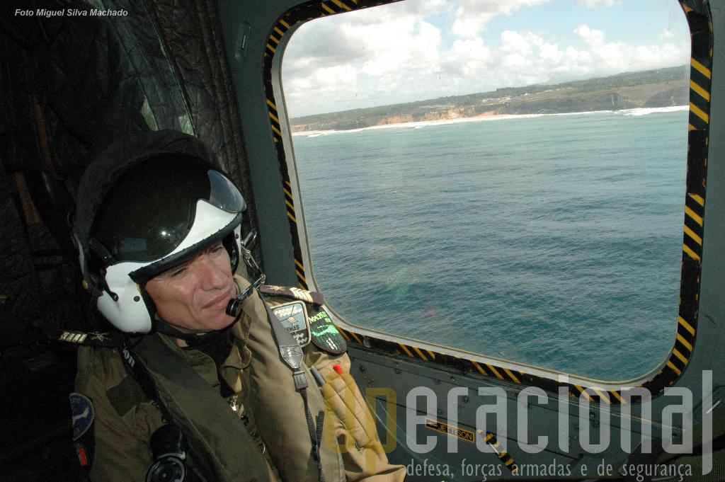 """O operador de sistemas, neste caso um sargento com tantos anos de experiência como a Esquadrilha. No ombro esquerdo ostenta o emblema do seu último """"flight"""", Matrix."""