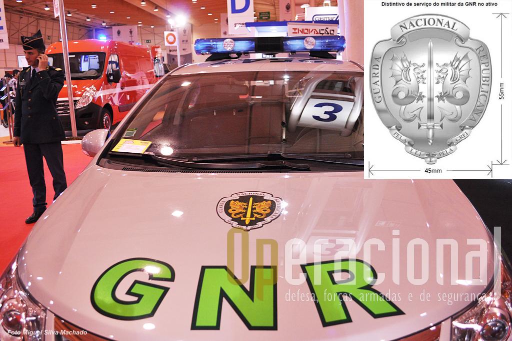 """A GNR acaba de receber estas viaturas Toyota que estão pintadas com cor base de cinzento, um novo """"layout"""" e símbolo.Este (em destaque) foi criado legalmente em 2009 - como Distintivo Profissional da GNR - regulado agora em 3 de Maio (Portaria n.º 172-A/2013), e também incluído no novo Regulamento de Uniformes ( Portaria n.º 169/2013), aqui como """"Distintivo da GNR""""."""