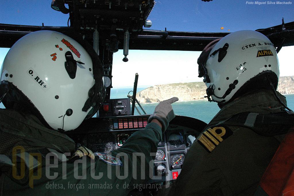 O piloto táctico à esquerda a garantir que se segue a direcção correcta e o piloto de voo à direita.