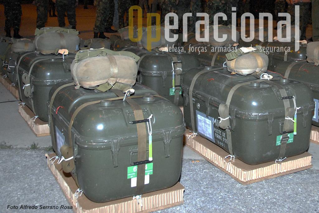 """Contentores com sistemas """"Milan"""" prontos para ser lançados em pára-quedas no decurso do exercício """"Apolo"""" da BrigRR em 2009."""