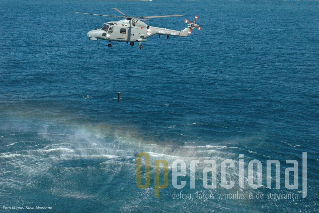 """O """"transdutor"""" a ser lançado para o oceano na busca de um alvo submarino. O Lynx tem a capacidade de se colocar estabilizado para esta acção de modo automático."""