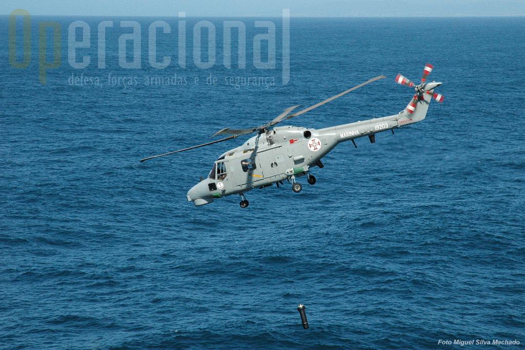 Terminada a busca neste local o transdutor é retirado lentamente do oceano e mal sai da água o heli pode iniciar a marcha.