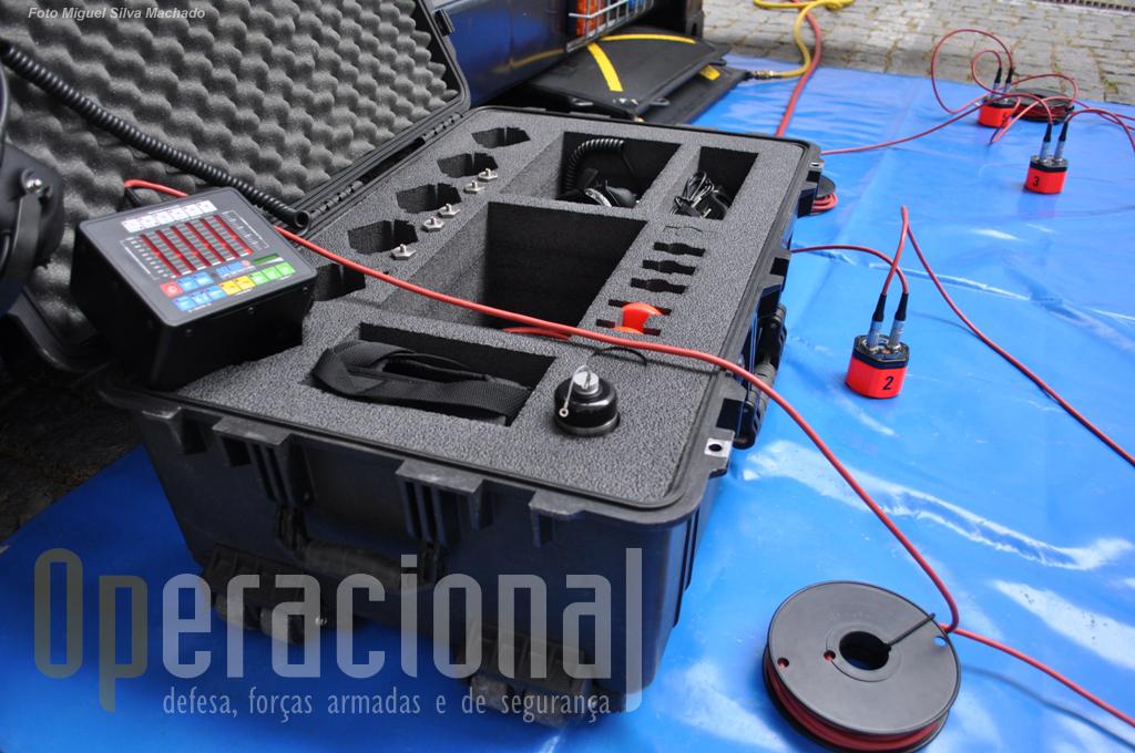 """O """"detector de vida"""" (tradução livre) da Delsar em uso no GIPS / GNR, é na realidade um aparelho extremamente sensível que permite detectar os mais pequenos movimentos/ruídos, por exemplo, no caso de haver pessoas subterradas"""
