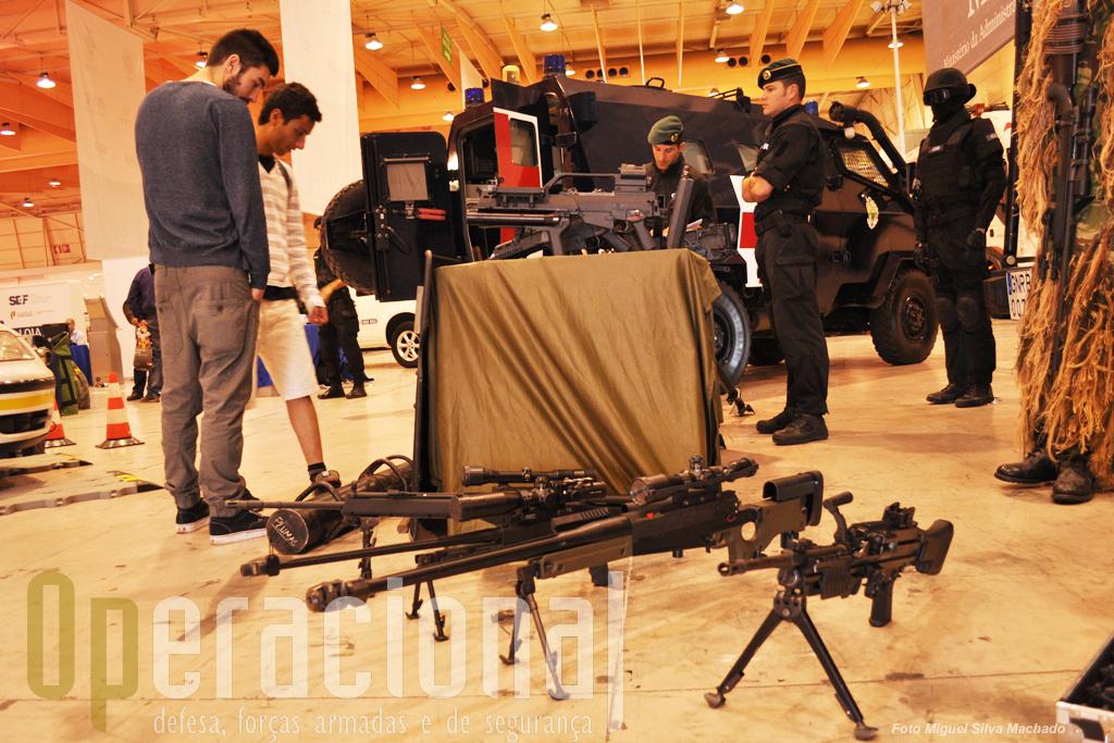 """O Grupo de Intervenção de Operações Especiais da Unidade de Intervenção apresentou uma grande panóplia de armamento moderno (das HK G-36 às Accuracy 12,7mm e 7,62mm, passando pelo Lança Granadas Automático HK40mm), viaturas, e..uma nova boina, mais uma na GNR. Além da boina """"verde -escuro"""" recentemente aprovada para a generalidade do efectivo da GNR, há ainda, pelo menos: GIOE (verde em cima e preta, em baixo); GIPS (castanha clara); Unidade de Intervenção (preta em cima e verde em baixo); Grupo de Intervenção Cinotécnico (azul)."""