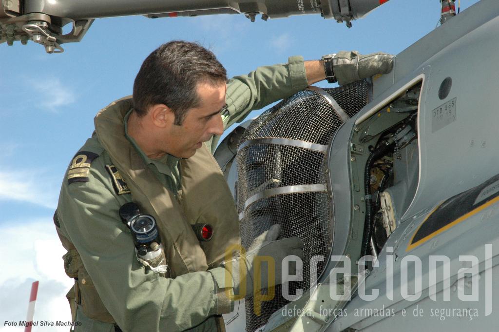 """2.Os pilotos só embarcam depois de efectuarem pessoalmente uma última inspecção ao helicóptero, verificando os """"pontos sensíveis""""."""