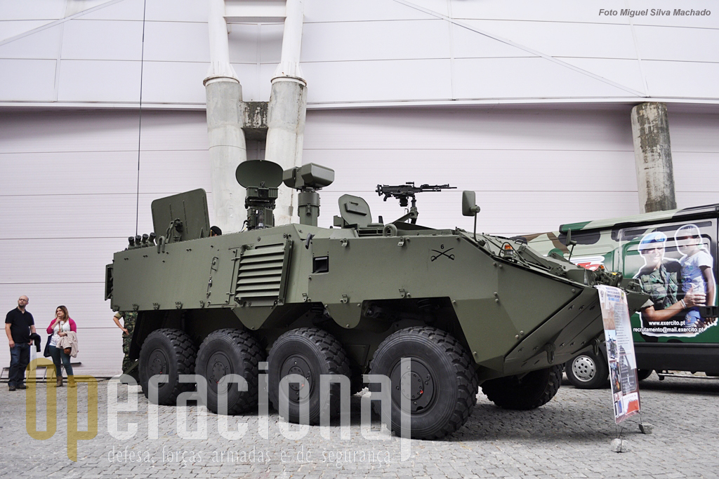 """Uma viatura """"rara"""", a Pandur II 8x8 Reconhecimento, dotada de equipamentos de VCB (Vigilância do Campo de Batalha). São apenas 4 das 240 destinadas ao Exército, e estão no Esquadrão de Reconhecimento da Brigada de Intervenção, que está aquartelado em Braga no Regimento de Cavalaria 6. Principais equipamentos, o radar BOR-A550 (na imagem à esquerda) e o Sistema de Reconhecimento, com câmaras térmica, diurna e telémetro laser."""