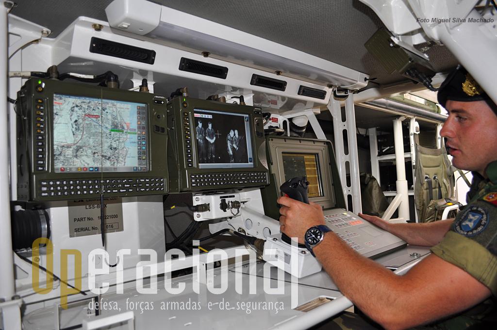 Os dois monitores da esquerda integram o sistema de observação (fabrico israelita) e o da direita o radar (alemão). O radar tem um alcance de 40 km; o sistema de observação detecta, reconhece e identifica alvos e dá as distâncias a que se encontram. Os computadores tácticos destes sistemas permitem variadas opções tácticas com as informações recolhidas.