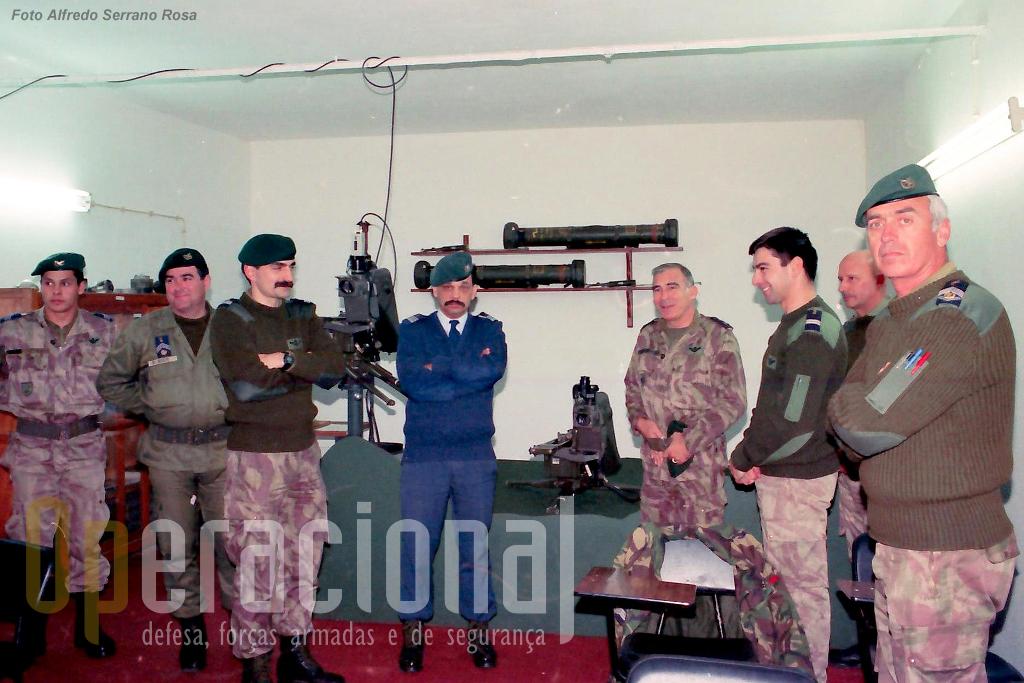 Sala do simulador em S. Jacinto. Notem-se os dois postos de tiro, um para tiro na viatura e outro no solo.
